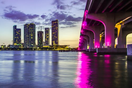 Fotobanka sbezplatnými fotkami na tému budovy, luminiscencia, mestské svetlá, more