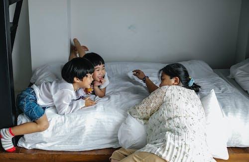Счастливые дети отдыхают с матерью