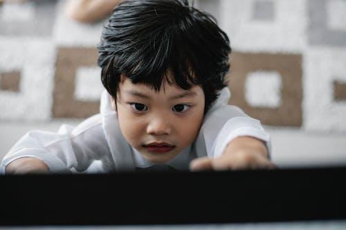 Gratis stockfoto met aandacht, appartement, Aziatisch kind, bedachtzaam