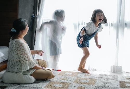 Babá Brincando Com As Crianças Em Casa