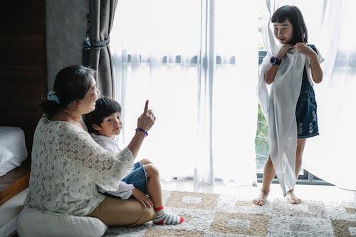 Mulher Asiática Positiva Passando Um Tempo Com Os Filhos Em Casa