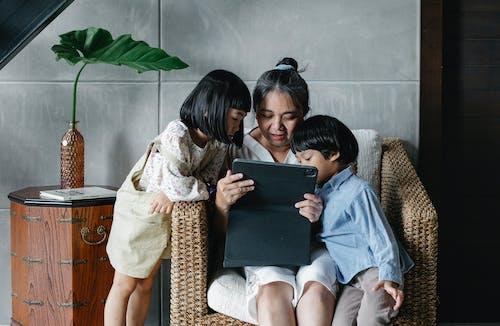 Madre Con Hijos Usando Tableta Juntos