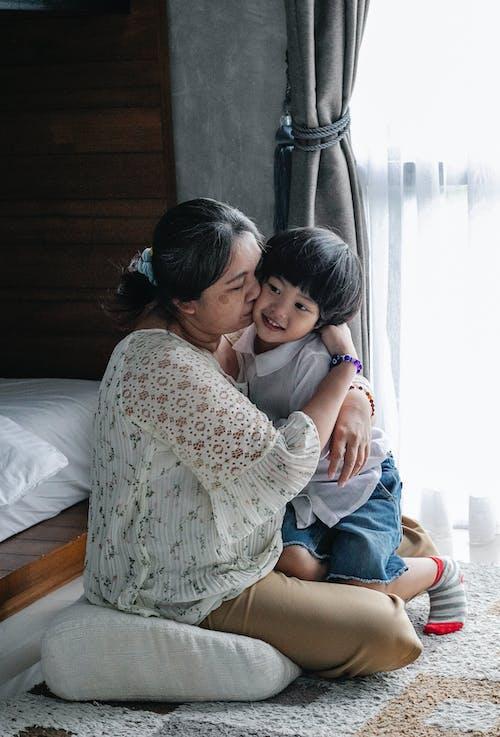 Mãe Abraçando E Beijando O Garotinho