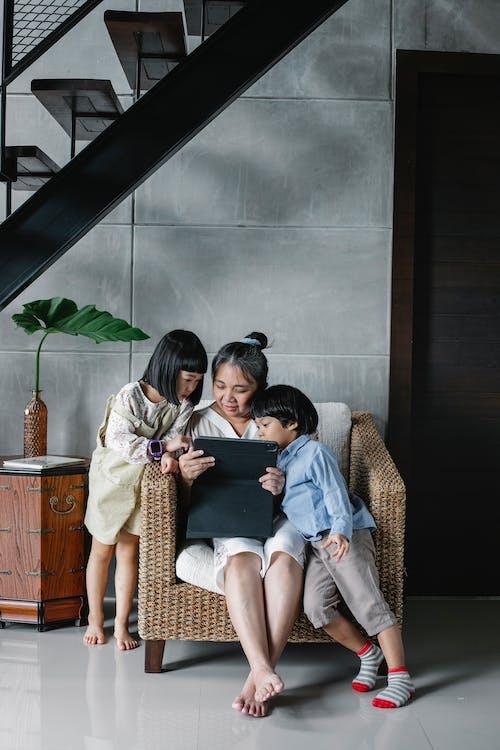 Madre Centrada Sentada Con Los Niños En Casa