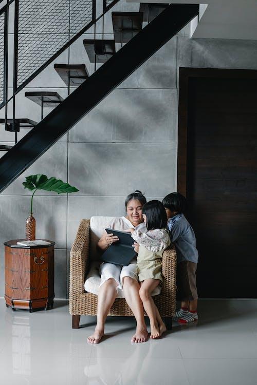 Madre Con Hijos Mirando La Pantalla De La Tableta