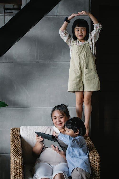 Avó Asiática Alegre Passando Um Tempo Com Crianças