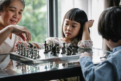 Mãe E Filhos Jogando Xadrez Em Casa