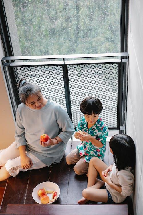 Kostenloses Stock Foto zu apfel, apple, asiatische frau, asiatische kinder