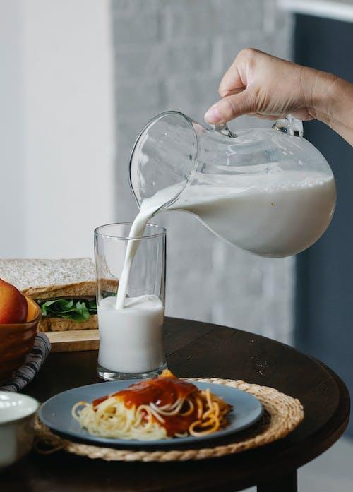 Ernte Person, Die Milch In Glas Gießt