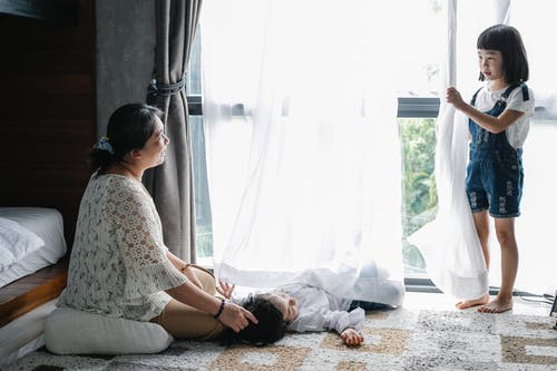 Grootmoeder Tijd Doorbrengen Met Aziatische Kinderen Thuis