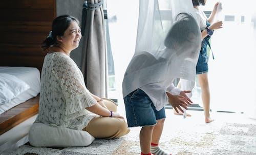 Hogere Vrouw Die Pret Met Kinderen Heeft