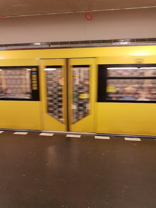 Kostnadsfri bild av kollektivtrafik, lokomotiv, tåg, tågstation