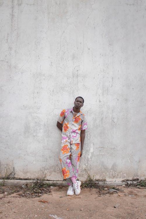Gratis stockfoto met aanschouwen, Afrikaanse man, bedachtzaam, beton