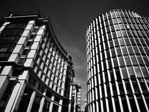 Gratis stockfoto met architectuur, eenkleurig, gebouw, gezichtspunt