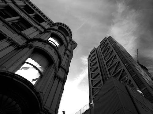 건축, 고층, 로우앵글 샷, 블랙 앤 화이트의 무료 스톡 사진