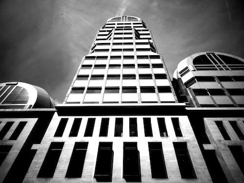 Immagine gratuita di alto, architettura, articoli di vetro, bianco e nero