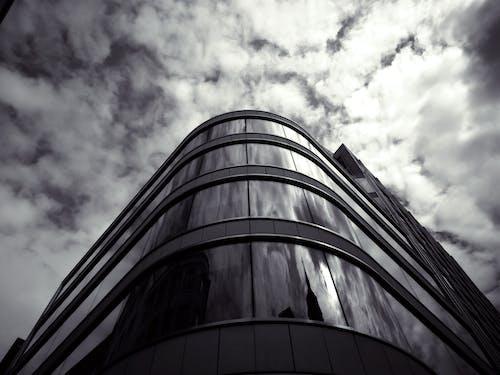 Photographie En Niveaux De Gris Du Bâtiment