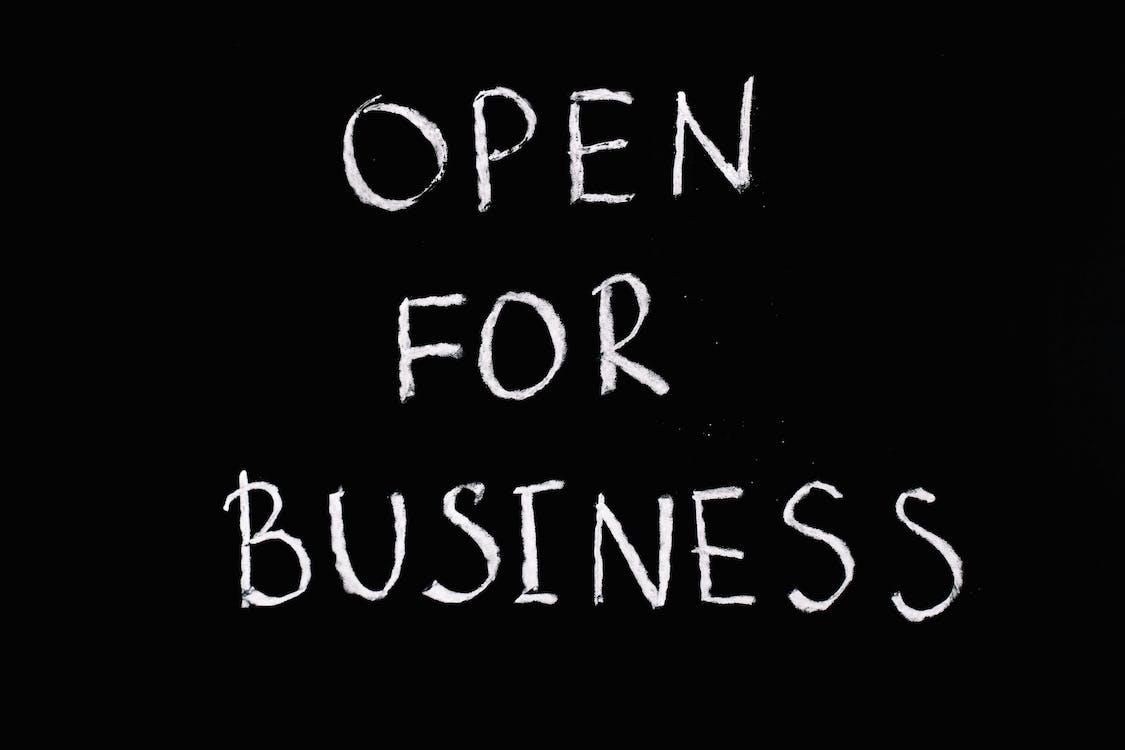 Buka Untuk Teks Huruf Bisnis Dengan Latar Belakang Hitam