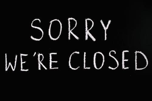 Lo Sentimos, Estamos Cerrados El Texto De Letras Sobre Fondo Negro