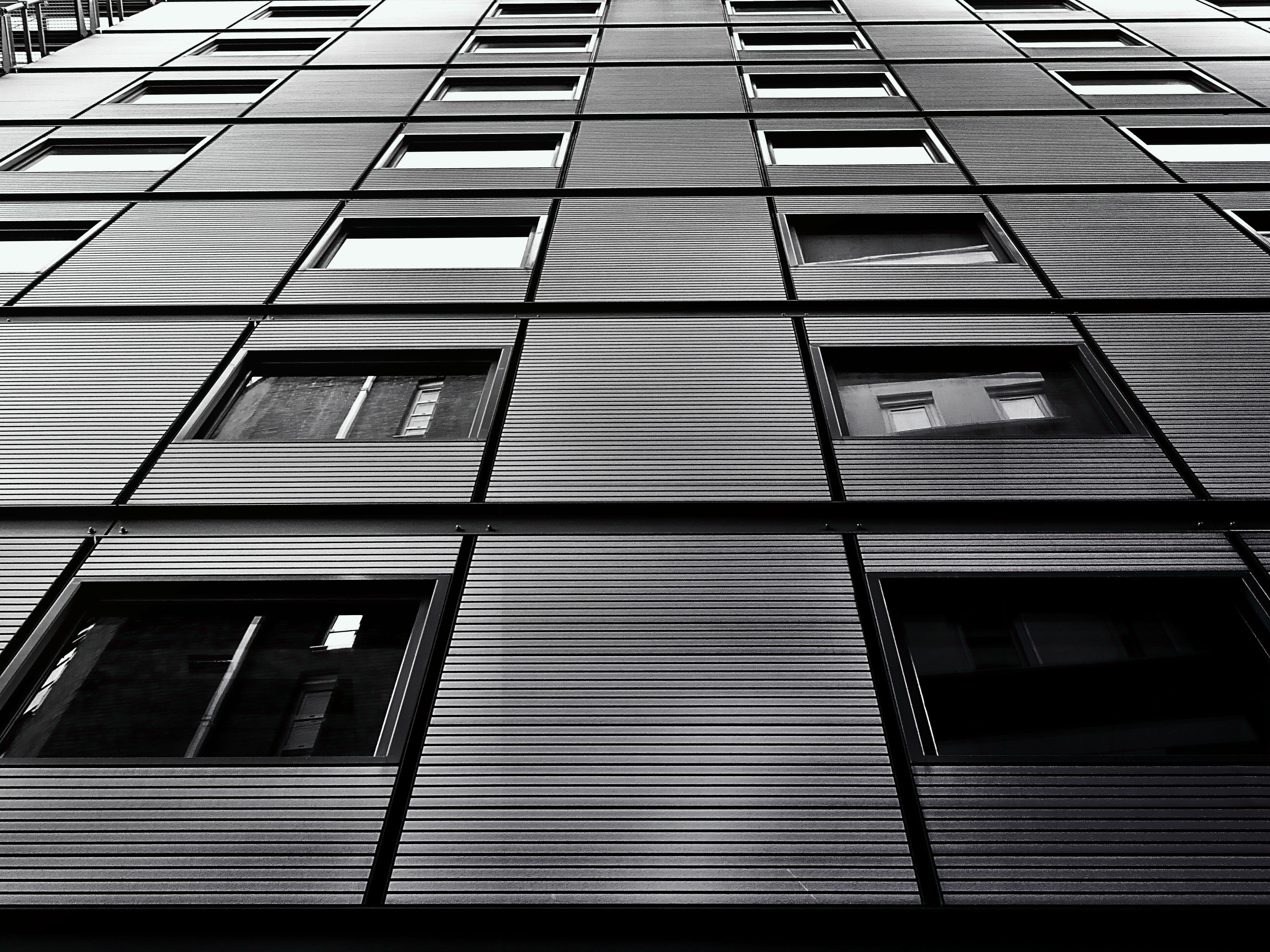 Δωρεάν στοκ φωτογραφιών με αρχιτεκτονική, ασπρόμαυρο, κτήριο, λήψη από χαμηλή γωνία