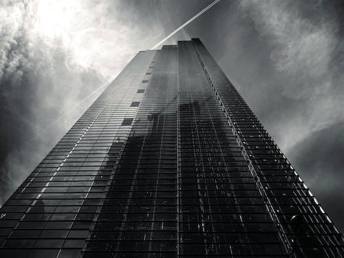 Darmowe zdjęcie z galerii z architektura, budynek, czarno-biały, drapacz chmur