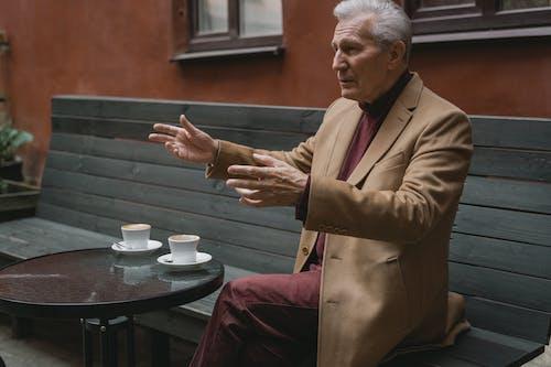 Kostnadsfri bild av äldre man, bänk, bord