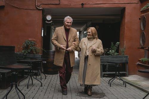 Δωρεάν στοκ φωτογραφιών με αγάπη, ηλικιωμένη γυναίκα, ηλικιωμένο ζευγάρι