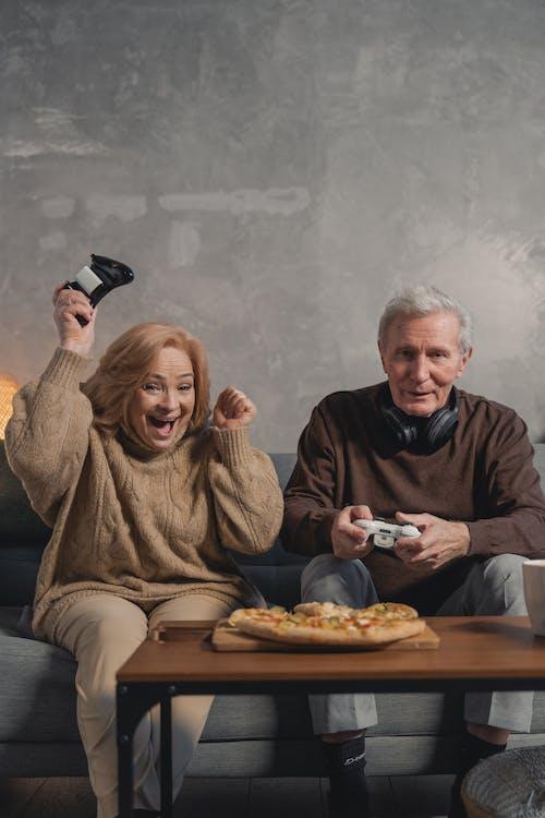 Gratis stockfoto met bejaarde man, blij, blijf thuis