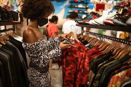 Người Phụ Nữ Trong Trang Phục đen Và Trắng Leopard Print Dress Spaghetti Strap Dress Có Dệt Màu đỏ Và đen
