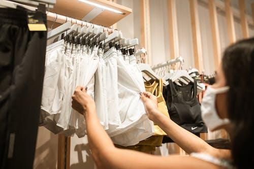 Mujer Sosteniendo Camisa De Vestir Blanca