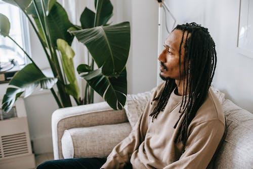 體貼的黑人男子,坐在沙發上