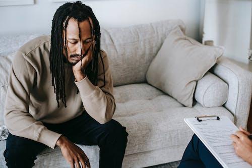 憂鬱的黑人在心理學家辦公室