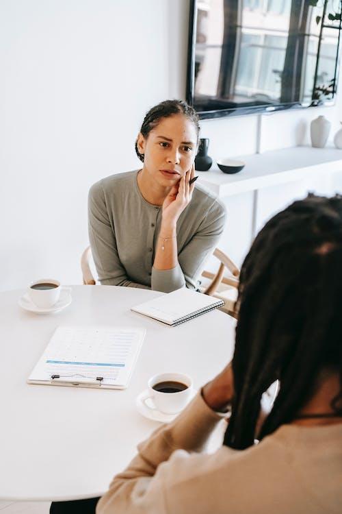 Attente Vrouwelijke Raadgever Die Aan Mannelijke Patiënt Luistert