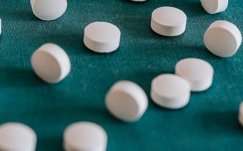 Montón De Píldoras Derramadas Blancas