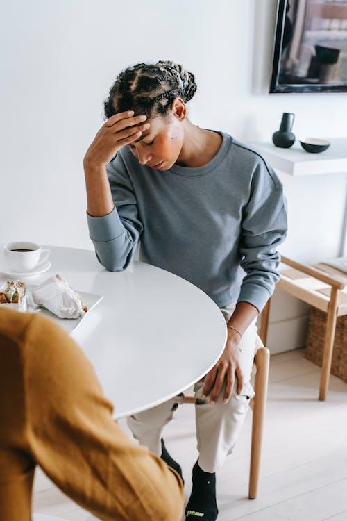 Traurige Schwarze Frau Am Tisch Mit Freund