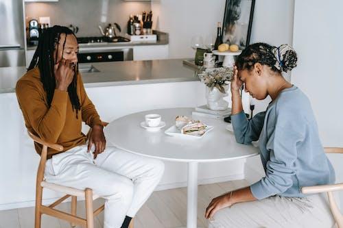 非裔美國人夫婦爭吵在廚房的桌子