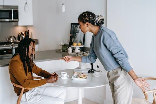 非裔美國人夫婦在廚房有衝突