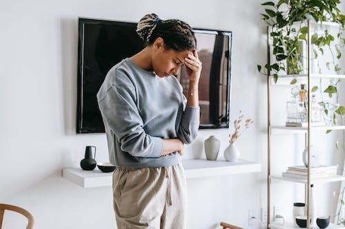 Mujer Americana Africana, Posición, En, Luz, Habitación