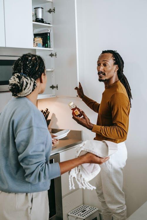 афро американская пара ссорится на кухне