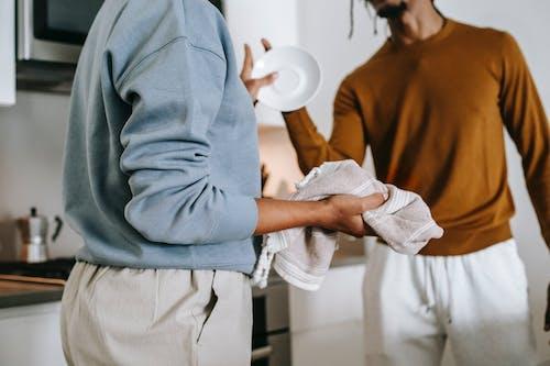Анонимная черная женщина и парень спорят на кухне