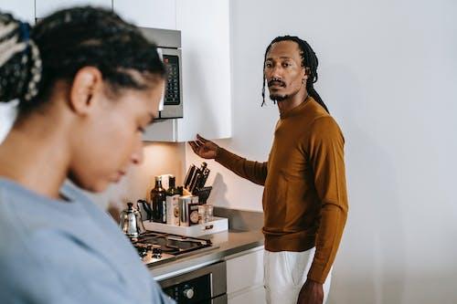 афро американская пара, имеющая конфликт дома