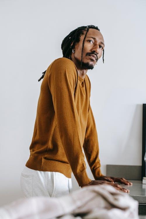 Afroamerikanermann, Der Allein Zu Hause Steht