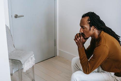 African American Facet Siedzi W Pokoju