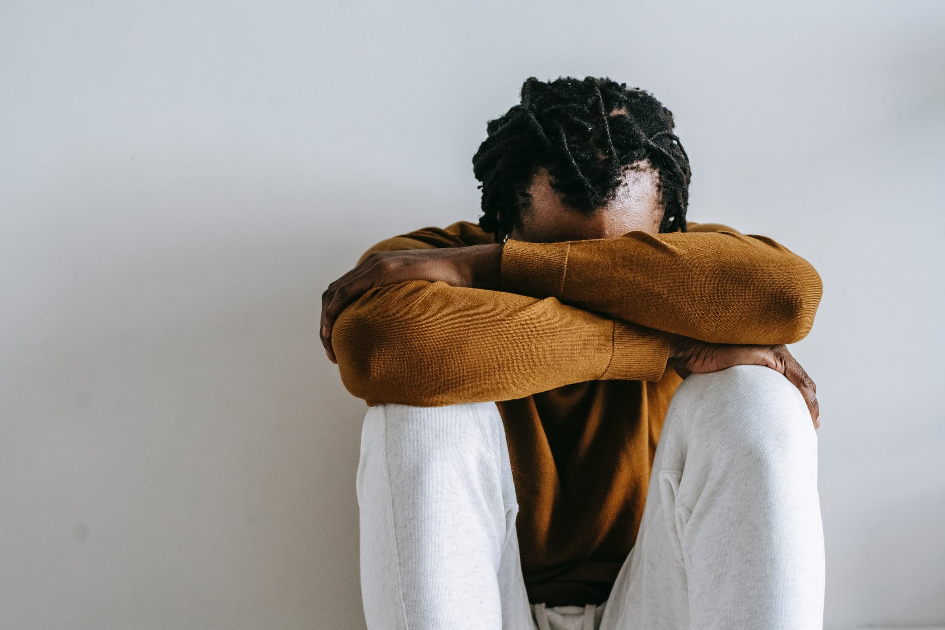 A los hombres la depresión se manifiesta con un sentimiento de resguardo.