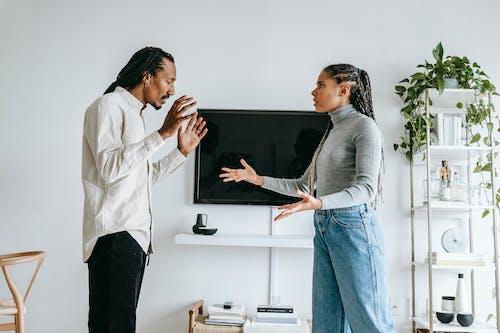 Agacé Jeune Couple Ethnique Se Quereller Dans Un Appartement Confortable