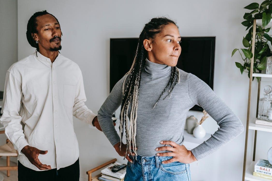Черный мужчина извиняется во время разговора с подругой