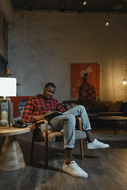 Бесплатное стоковое фото с активный отдых, афро-американец, в помещении