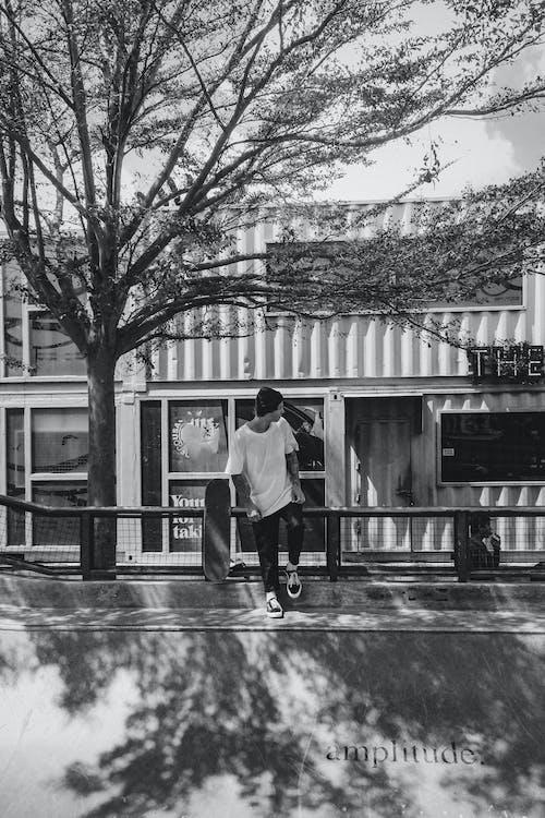 Foto stok gratis duduk, grayscale, hitam dan putih