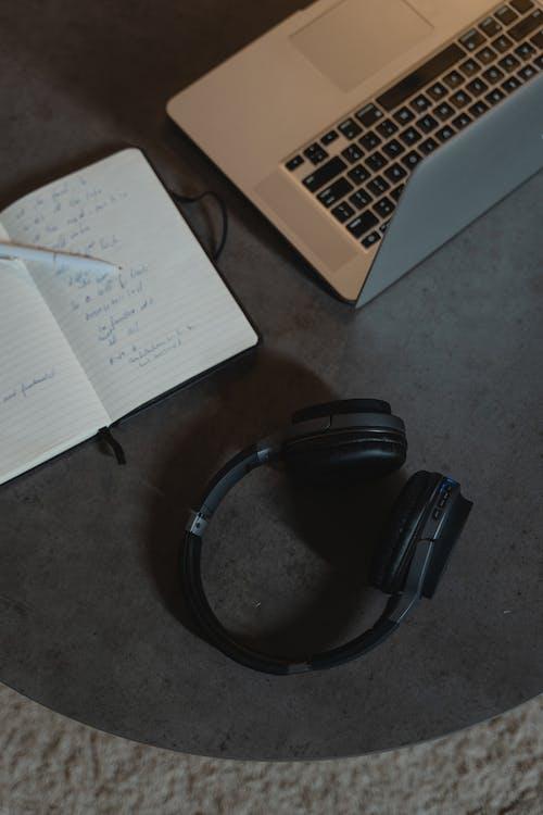 Kostnadsfri bild av anteckningsbok, arbetande atmosfär, arbete