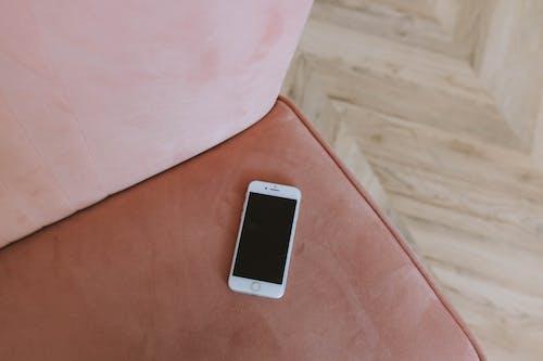 Immagine gratuita di cellulare, dispositivo, divano